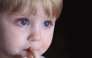Почему у ребенка слезятся глаза и что делать родителям?