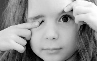 Почему дергается глаз у ребенка, что с этим делать и как помочь малышу
