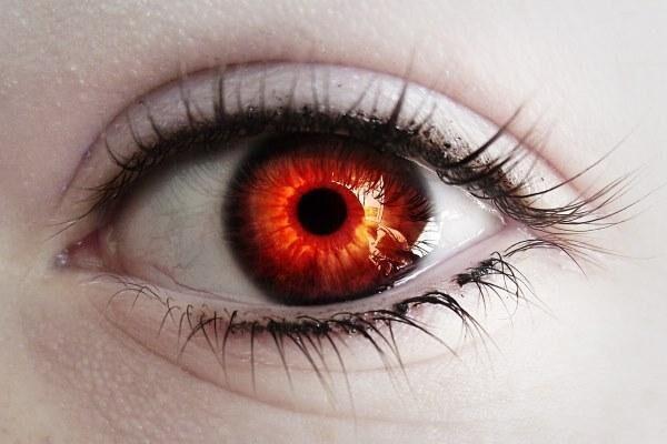 На темных глазах