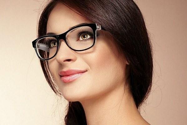 Девушка в очках при катаракте