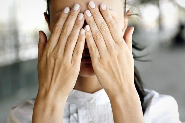 У девушки чешуйчатый блефарит глаз