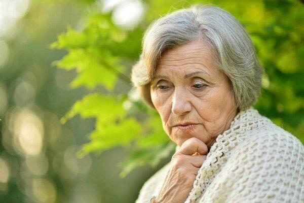 Слезятся глаза у пожилого человека