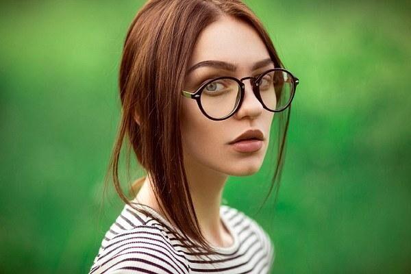 Очки при дальнозоркости у девушки