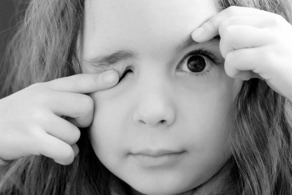 Дергается глаз у девочки