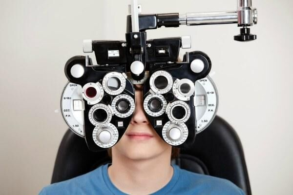 Мужчине проверяют зрение на фороптере